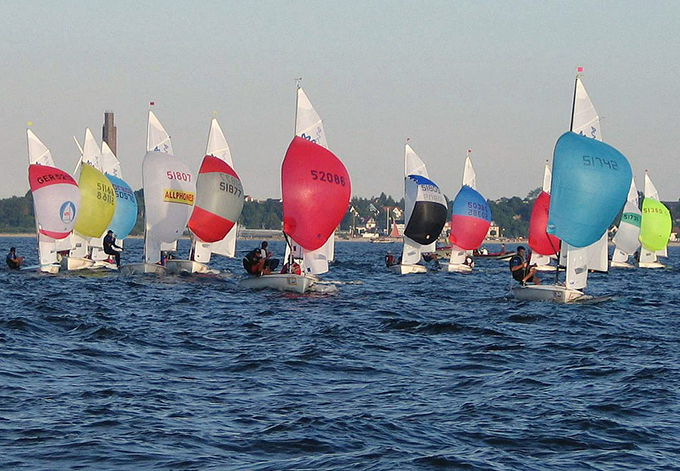 1024px-420_Class_Dinghies_with_spinnakers(w680)