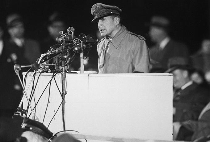 Douglas_MacArthur_speaking_at_Soldier_Field_HD-SN-99-03036(w680)