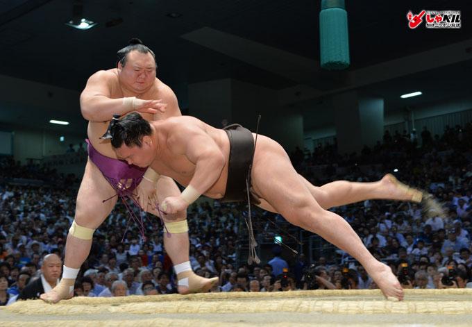大相撲名古屋場所5日目,○宝富士(小手投げ),白鵬×