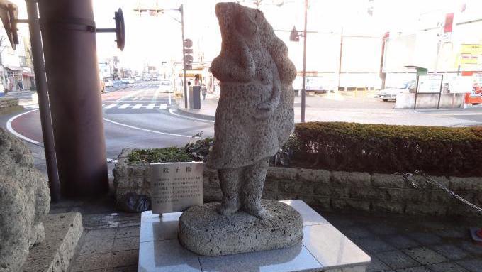 宇都宮駅の餃子像、2012年撮影