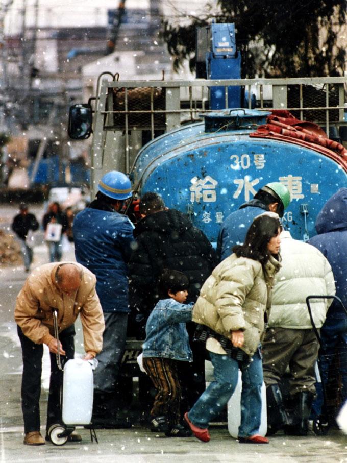 阪神大震災-雪の中で給水の被災者 写真提供:産経新聞社