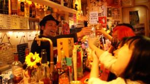 """新宿ゴールデン街""""こども食堂""""開設に奔走するbarのマスター「あけの語りびと」(朗読公開)"""