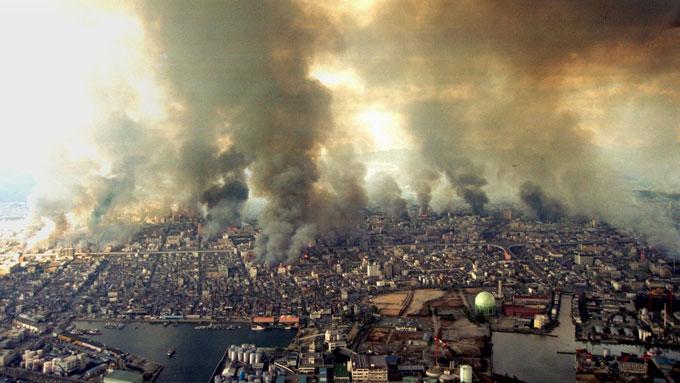 阪神大震災 火災現場から吹き上げる黒煙のため、光を遮り暗くなった神戸・長田区(本社ヘリから)