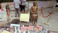 抗議活動のプラカードなどが散乱するソウルの日本大使館建物前の慰安婦像=2015年08月15日韓国・ソウル 写真提供:産経新聞社