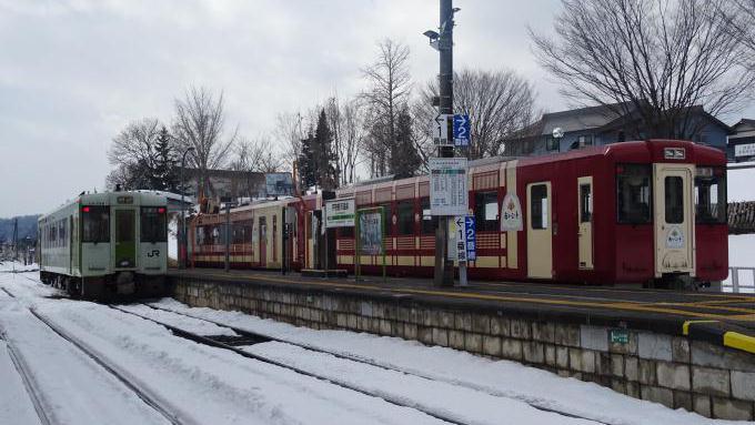 観光列車「おいこっと」とキハ110系、戸狩野沢温泉駅にて