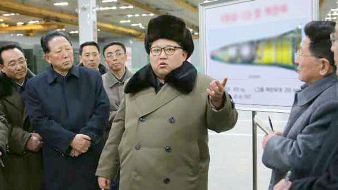 北朝鮮の労働新聞が20160309に掲載した金正恩氏の背後にある弾頭部分とみられる図面にぼかし修正が施されている写真 写真提供:共同通信社