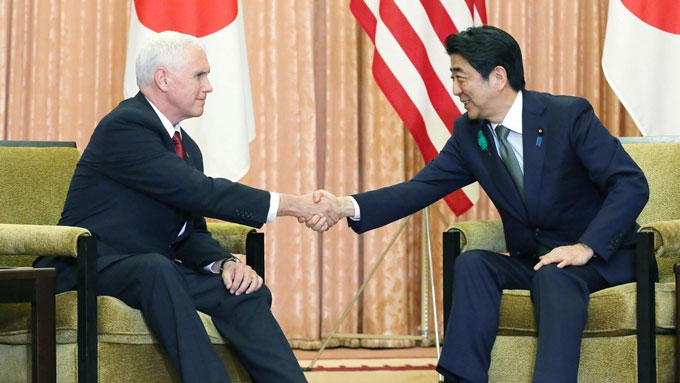 対北朝鮮で緊密連携~会談の席でペンス米副大統領(左)と握手する安倍首相=20170418午後首相公邸(代表撮影) 写真提供:共同通信社