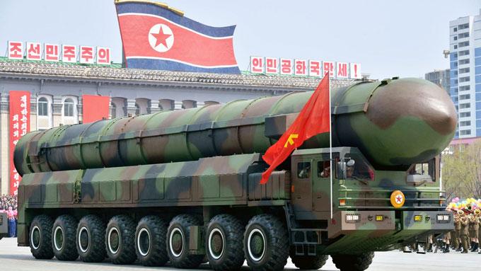 北朝鮮の軍事パレードに登場した新型ICBM用の可能性がある片側8輪の発射管付き車両=20170415平壌 写真提供:共同通信社