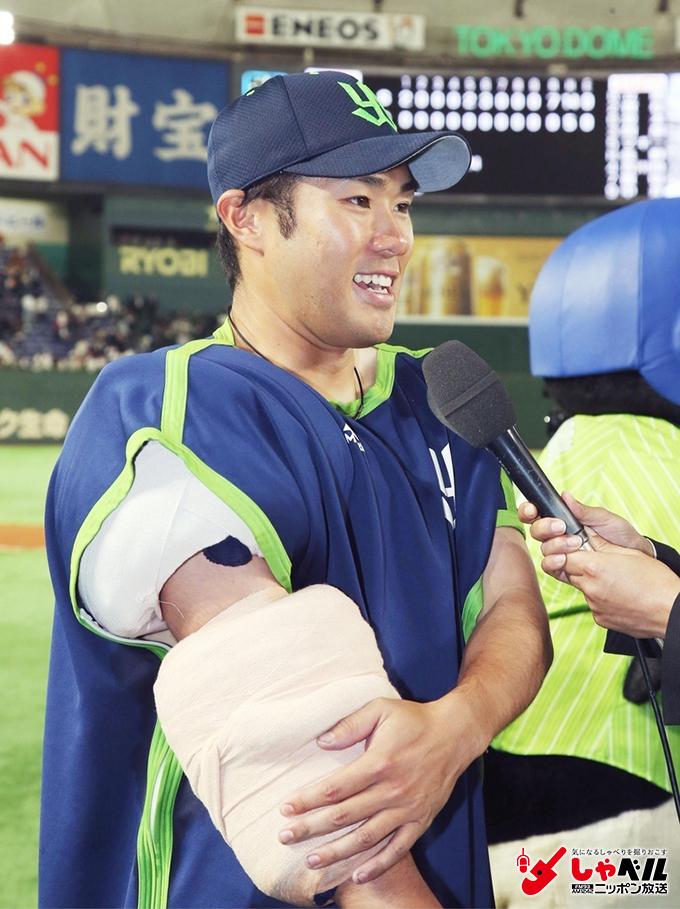 今季初勝利を挙げ、笑顔でインタビューに応じるヤクルト・由規=2017年5月17日 東京ドーム 写真提供:共同通信社