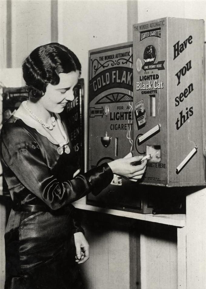 1931年イギリスの切手販売機(wikipediaより)