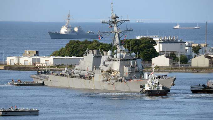 フィリピン船籍のコンテナ船ACXクリスタルと衝突し破損。横須賀基地へと向かう米海軍のイージス駆逐艦フィッツジェラルド=20170617午後神奈川県横須賀市 写真提供:産経新聞社
