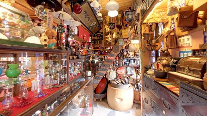 アノ骨董品店の街で古き良きものを愛でる骨董店主