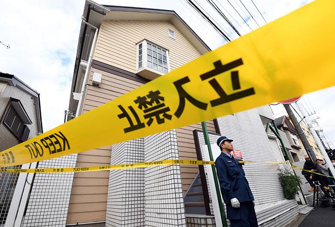 【座間市で複数遺体】複数の遺体が見つかったアパート前には規制線が貼られている=2017年10月31日午前、神奈川県座間市 写真提供:産経新聞社
