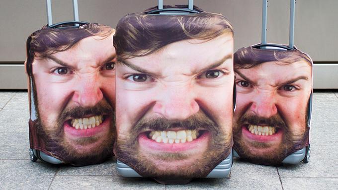 インパクト絶大! 自分の顔がスーツケースカバーに!