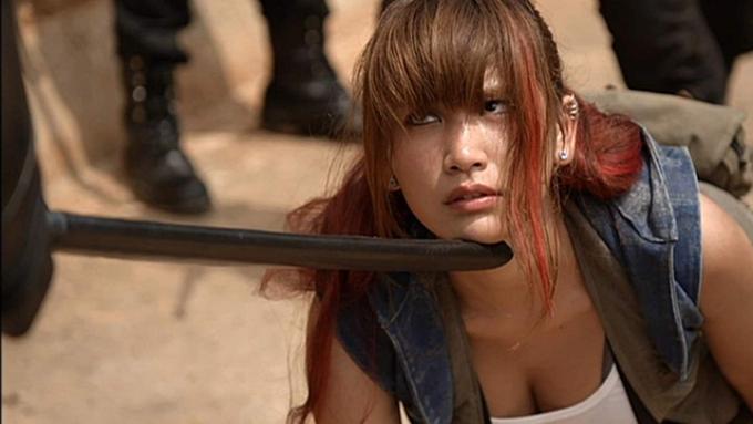 「槍を回すのが大変だった」大人気グラビアアイドルが、アクションに挑戦!