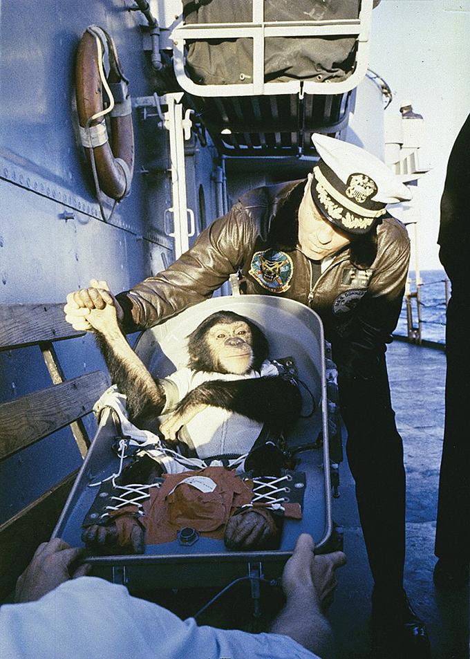 宇宙飛行 チンパンジー ハム マーキュリー・レッドストーンロケット 握手 救助船 USS Donner