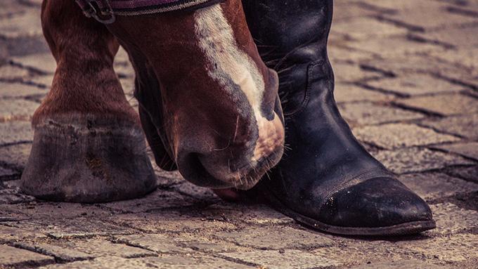 狩猟民族が足を保護するために生まれたブーツ そのルーツは?