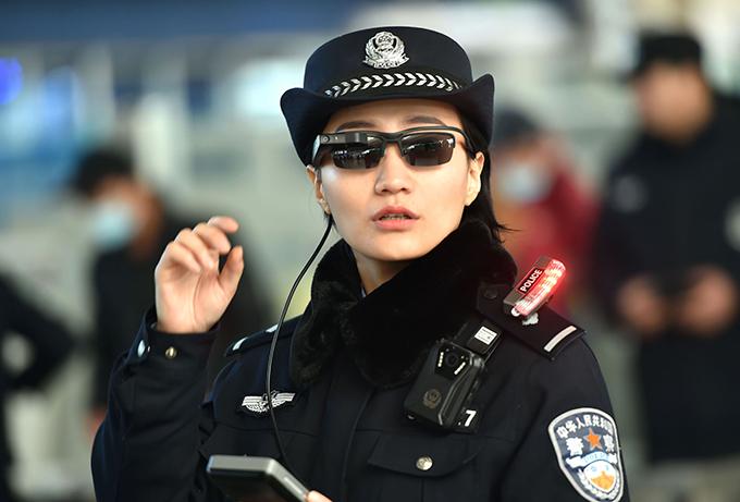 顔認証 警官 スマートグラス メガネ型情報端末 人工知能 AI 中国 鄭州市