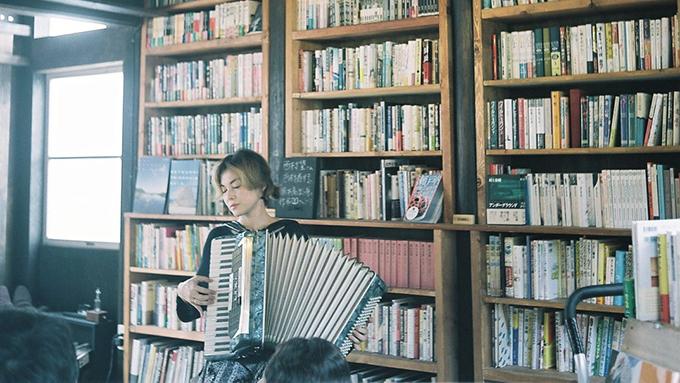 過疎の島に一家で移住し古民家を改装 図書館をオープンしたWebデザイナー