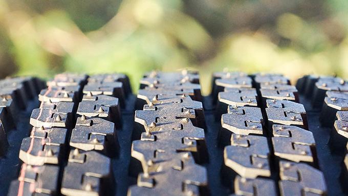タイヤが真っ黒な理由は? タイヤのクルマの足としての4つの役割