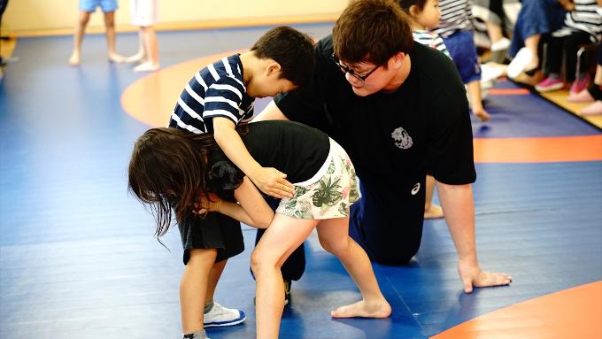 オリンピックを目指すコーチが指導「キッズレスリング体験会」