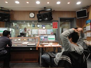 原田さん、聴きながら髪の毛触る.JPG