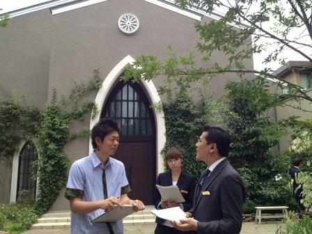 教会の前で取材中.jpg