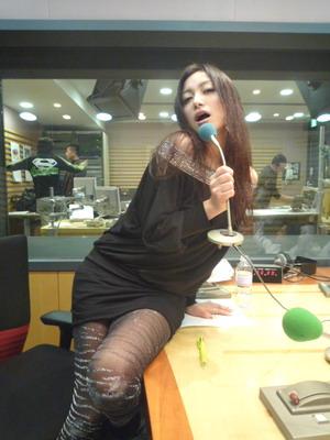 ラジオ番組に出演するたかはし智秋