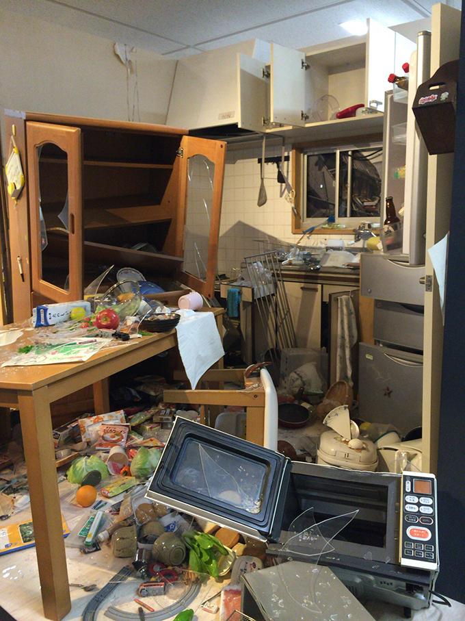 地震の危険を物語る被害状況を再現したディスプレイ(台所再現)