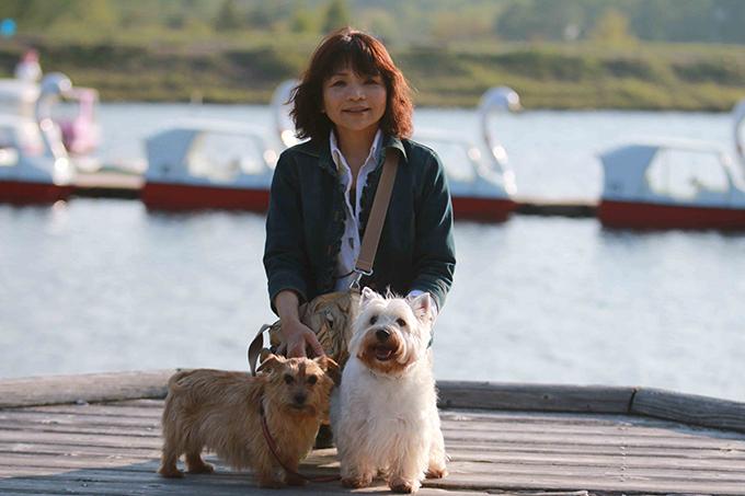 金子さんと茶々(左)とCOO。女神湖にて(w680)