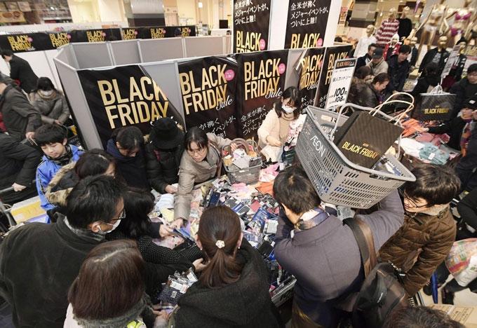 「ブラック・フライデー」にちなんだセールが始まり混雑するスーパー2016年11月25日未明東京都品川区