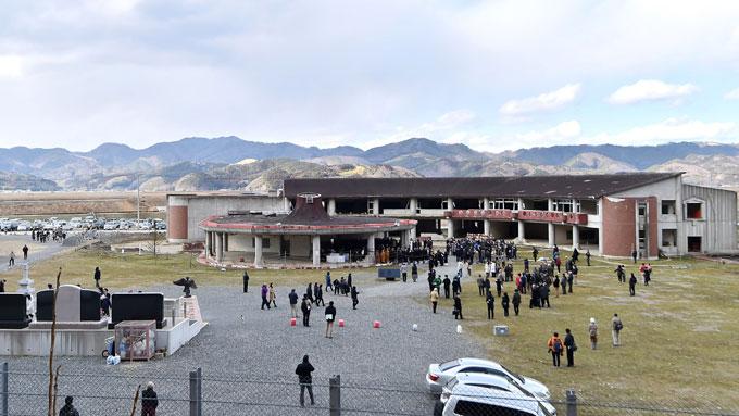 【東日本大震災5年】津波で多くの被害者が出た石巻市立大川小学校。多くの遺族らが追悼の祈りをささげた=20160311-写真提供:産経新聞社