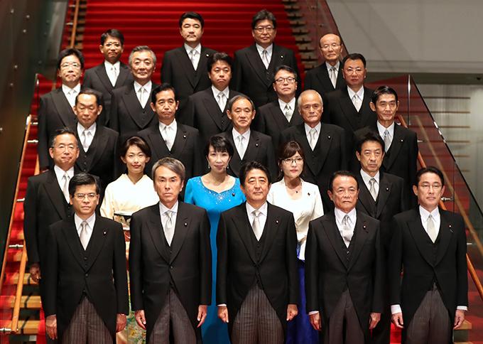 安倍総理、内閣改造で半数以上の...