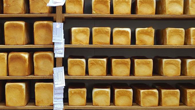浅草の老舗パン屋が二種類のパンだけを販売する理由とは…『74歳のペリカンはパンを売る。』