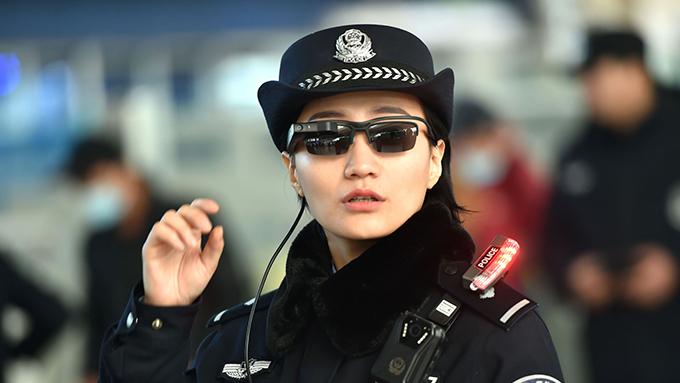 中国警察が導入開始~顔認識システム搭載のサングラスとは?