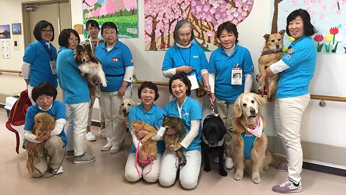 アニマルセラピーを愛猫と保護犬と続けて20年。女性獣医師の訪問活動に密着!