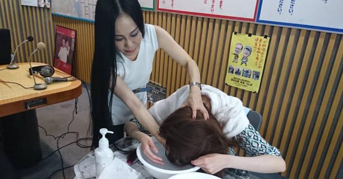 正しい洗髪方法とは? 箱崎アナの髪をスタジオで洗ってみた