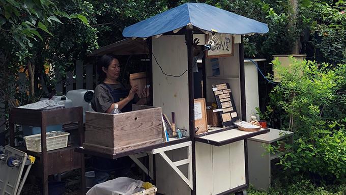 突然ひらめき沖縄の空き地へ 昼間にコーヒーの屋台を始めた女性