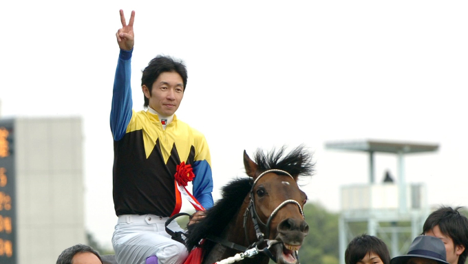 """2005年の日本ダービー 武豊が見せた""""ピースサイン""""のワケ"""
