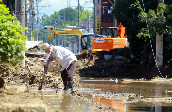 西日本 豪雨 広島 強い 日差し スコップ 泥