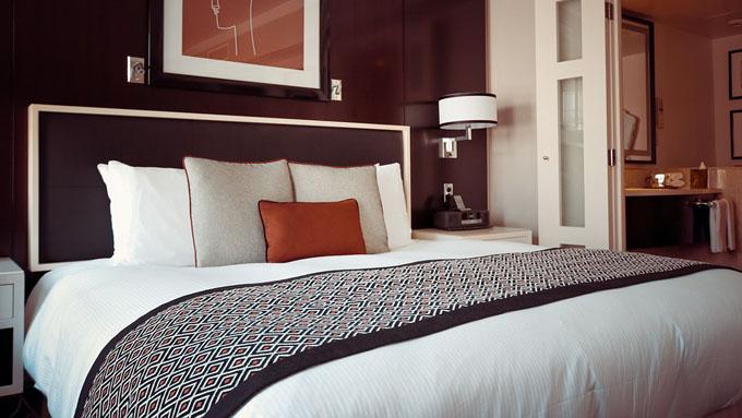 なぜホテルのベッドには枕が2つ以上置いてあるのか