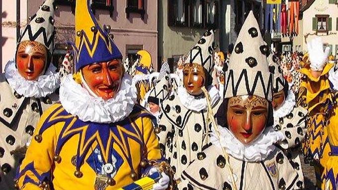 「フェスティバル」と「カーニバル」は全く異なるお祭りを指す