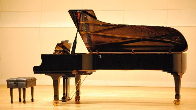 ピアノが黒く塗られているのは、日本人が『漆』で塗装したのが発端?