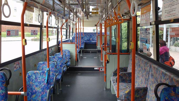 バスの座席シートに青色が使われるのはなぜ?
