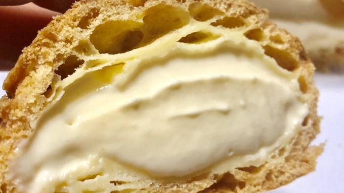 シュークリームの綺麗な食べ方は「左右にゆする、半分に割る」