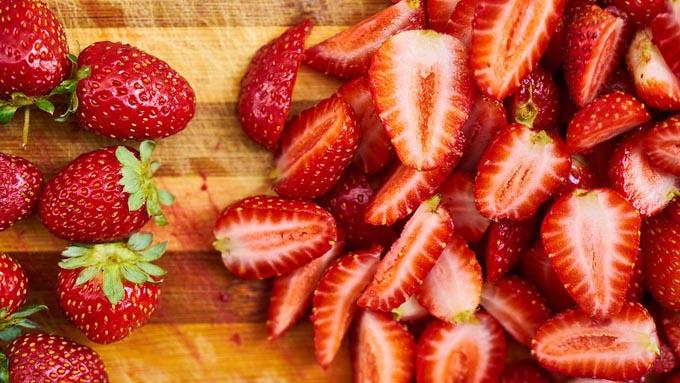 """イチゴの粒は""""種""""ではなく、赤い部分は""""果実""""ではない!"""