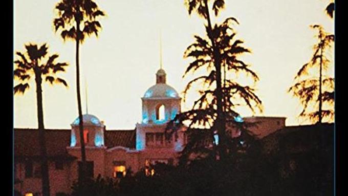 1977年2月26日、イーグルス「ニュー・キッド・イン・タウン」が全米1位を獲得~ロック史に輝く名盤『ホテル・カリフォルニア』からの第1弾シングル