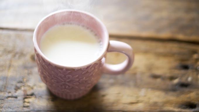 なぜ「寝る前にホットミルクを飲むと良い」と言われるのか