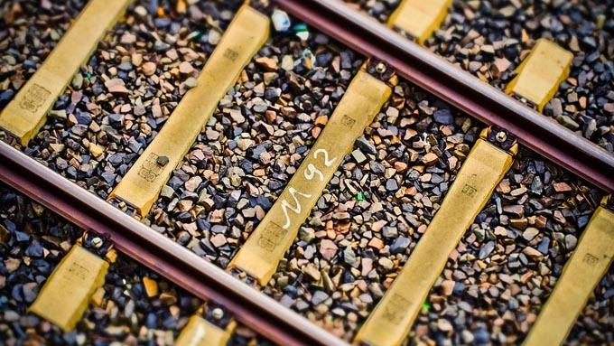 電車のレールに砂利が敷き詰められている理由