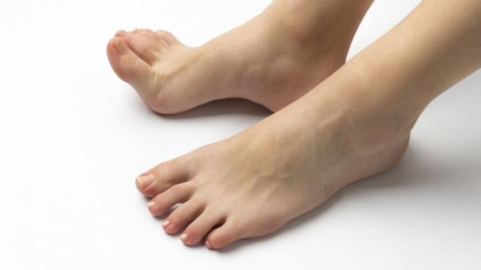 足の小指がタンスの角に当たると痛いのはなぜ? 医師が回答